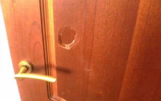 Чем замазать дырку в деревянной двери?