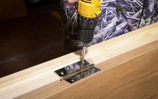 Как врезать петли в деревянную дверь?