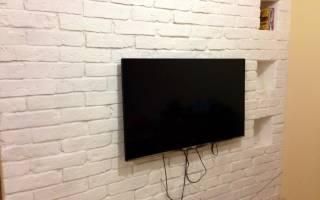 Отделка стены декоративным камнем под телевизор