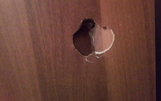 Как заделать дыру в деревянной двери?