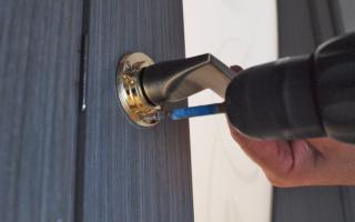 Как закрепить ручку на межкомнатной двери?