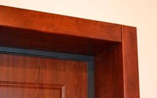 Как закрепить доборы на входную дверь?