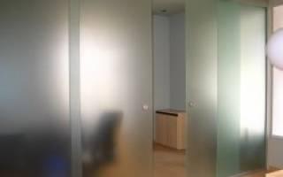 Как ставят стеклянные двери?