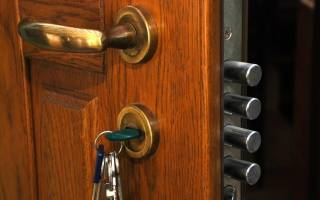 Как заменить ручку на железной двери?