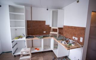 Как повесить кухонные шкафы на планку