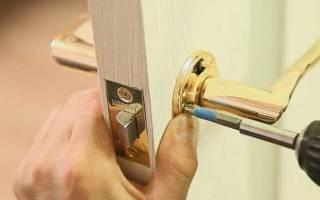 Как вытащить ручку из межкомнатной двери?